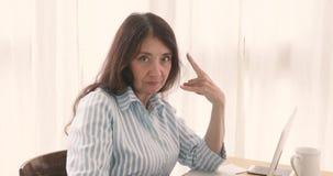 Den vuxna affärskvinnavisningen vaggar - och - rullar gest arkivfilmer