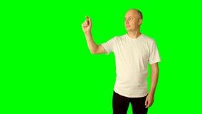 Den vuxna caucasian mannen som ler showgester på den faktiska skärmen, gör en gest Virtuell verklighet Linje razzia för handfinge lager videofilmer