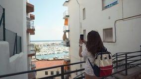 Den vuxna kvinnan skjuter pittoreskt landskap i stad vid telefonen för socialt förtjänar stock video