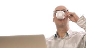 Den vuxna mannen behog med gjort arbete som dricker kaffe från datoren för koppframdelanteckningsboken lager videofilmer