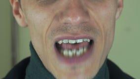 Den vuxna mannen med borstet uttalar den främsta kameran för ord mun tänder Allsångsång arkivfilmer