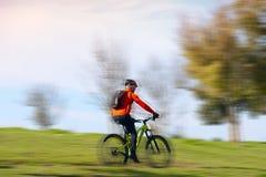 Den vuxna mannen rider en cykel Arkivbilder
