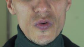 Den vuxna mannen uttalar den främsta kameran för ord mun Allsångsång borstet tänder lager videofilmer