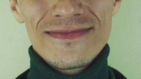 Den vuxna mannen uttalar den främsta kameran för ord mun tänder borstet Leka apan arkivfilmer
