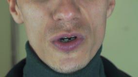 Den vuxna mannen uttalar den främsta kameran för ord mun tänder borstet Sjungande sång arkivfilmer