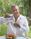 den vuxna nya husmannen mjölkar pies Royaltyfria Bilder
