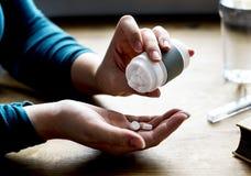 Den vuxna tagande läkarbehandlingen kompletterar vitaminer Royaltyfria Bilder
