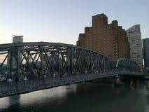 Den Waibaidu bron över Suzhou Creek beskådade från bunden i Shanghai Arkivfoton