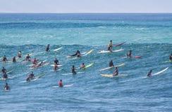 Den Waimea fjärden Oahu Hawaii, a-grupp av surfare väntar på en våg att surfa Royaltyfri Bild