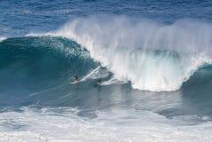 Den Waimea fjärden Oahu Hawaii, surfare rider en stor våg Royaltyfri Fotografi