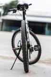 In den Wald, von der Radfahrerperspektive radfahren Stockbilder
