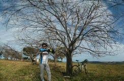 In den Wald, von der Radfahrerperspektive radfahren Stockbild