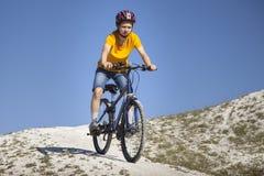 In den Wald, von der Radfahrerperspektive radfahren Sport und gesundes Leben Extremer Sport Gebirgsfahrrad und -mann Extremer Spo lizenzfreie stockfotografie