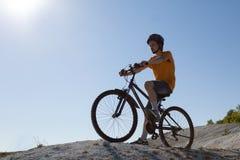 In den Wald, von der Radfahrerperspektive radfahren Sport und gesundes Leben Extremer Sport Bergbic Lizenzfreie Stockfotografie