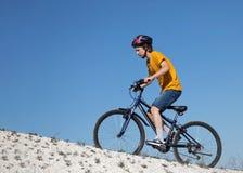 In den Wald, von der Radfahrerperspektive radfahren Sport und gesundes Leben Extremer Sport Bergbic Stockbild