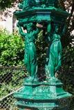 Den Wallace springbrunnen med kvinnor skulpterar på den Montmartre kullen Paris, fotografering för bildbyråer