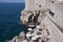 Den Walled staden av Dubrovnic i Kroatien Europa Dubrovnik ge någon ett smeknamn `-pärlan av Adriatiska havet Arkivfoto