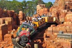 Den Walt Disney World Railroad ritten i den magiska kungarikeTheeme familjen parkerar arkivfoto