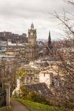 Den Walter Scott monumentet och den Balmoral byggnaden Royaltyfri Fotografi