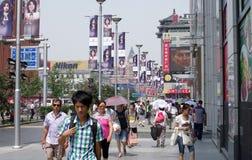 Den Wangfujing mellanmålgatan, Beijing Fotografering för Bildbyråer