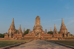Den Wat Chaiwattanaram templet i historiska Ayutthaya parkerar på aftontid, det Ayutthaya landskapet, Thailand Arkivfoto