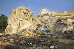 Den Wat Lokayasutharam This templet har den största vilaBuddhabilden i ön av Ayutthaya Bevarat i en utomhus- tegelstenbu royaltyfria bilder