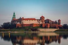 Den Wawel slotten på skymning Arkivbild