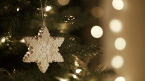 Den Weihnachtsbaum verzierend, korrigiert Dekorationen stock video footage