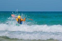 In den Wellen auf einem Kajak Stockfotografie