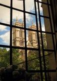 Den Westminster abbeyen står hög Arkivfoto