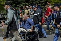 Den Wheelchaired veteran i fjärdedel av Juli ståtar Royaltyfri Bild