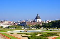 Den Wien stadssikten från Belvedereslott parkerar Arkivbild