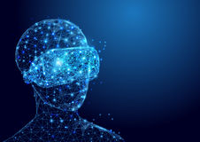 Den Wireframe mannen med ingreppet för VR-hörlurar med mikrofontecknet från ett stjärnklart och startar upp begreppsbakgrund Royaltyfri Fotografi