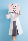 Den Woamn doktorn tar den lyckliga affischtavlan royaltyfri foto