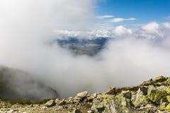 In den Wolken erschien er im Tal Stockfotos