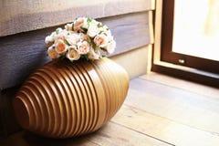Den wood vasen för satte blommorna Royaltyfri Fotografi