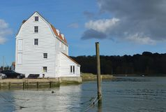 Den Woodbridge kajen och tidvatten maler på den flodDeben suffolken Royaltyfria Bilder