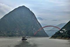 Den Wushan Yangtze River bron i Threet Gorges av Chongqing i Kina Royaltyfri Bild