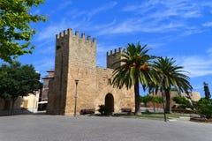 Den Xara porten - Portal del Moll i den Alcudia staden royaltyfri fotografi