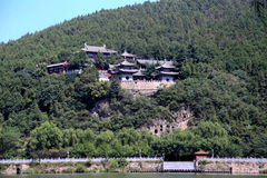 Den Xiangshan templet i Longmen grottor, Dragon Gate Grottoes, i den Luoyang staden Royaltyfri Fotografi