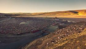 Den Yarchen Gar Buddhist institutionen nära Serthar i Kham, östliga Tibet Fotografering för Bildbyråer