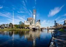 Den Yarra floden och southbanken av Melbournes CBD Arkivbilder