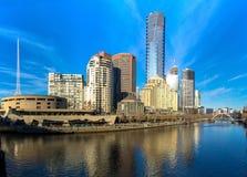 Den Yarra floden och southbanken av Melbournes CBD Arkivfoton