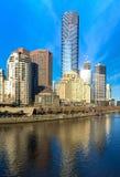 Den Yarra floden och southbanken av Melbournes CBD Arkivbild
