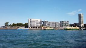 Den Ydney hamnen färjer i den runda kajen, Australien lager videofilmer