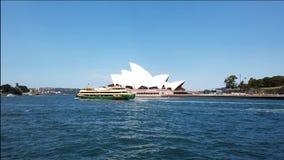 Den Ydney hamnen färjer seglingen förbi operahuset, Australien lager videofilmer