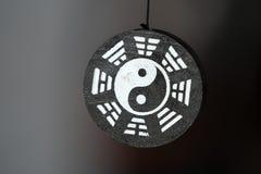 Den Yin Yang symbolhängen isolerade arkivfoton
