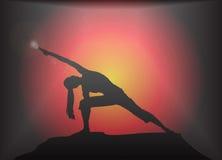 Den yoga fördjupade vinkeln poserar ilsken blickbakgrund Arkivfoton