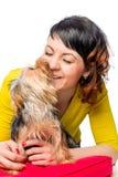 Den Yorkshire terriern kysser hans favorit- husmor arkivbild