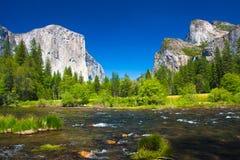 Den Yosemite dalen med El Capitan vaggar, och brud- skyla vattenfall Royaltyfria Bilder